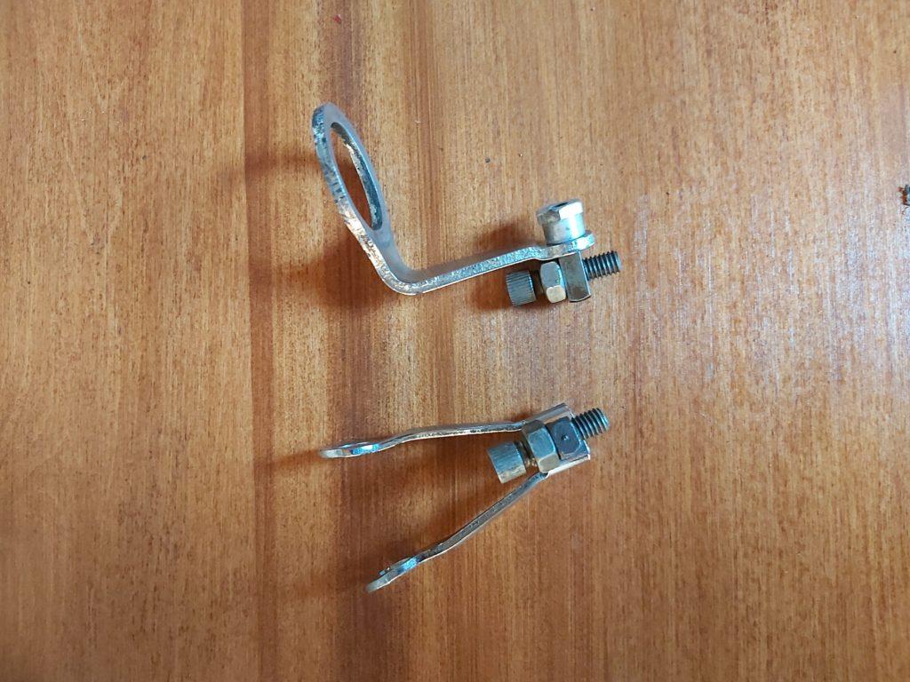 Přední a zadní držák brzdového bovdenu